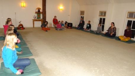 Kinderen oefenen zen