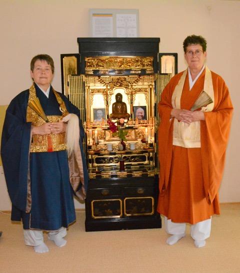 Tetsue roshi (l) en Jiun Hogen roshi voor het altaar in de memorial room.