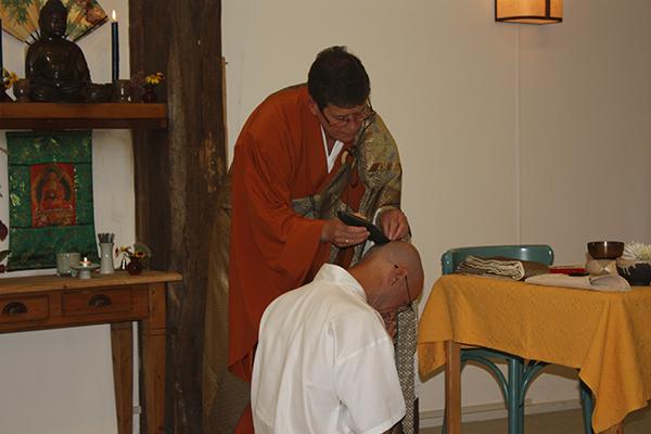 Jiun roshi scheert bij Tom de laatste pluk haar af
