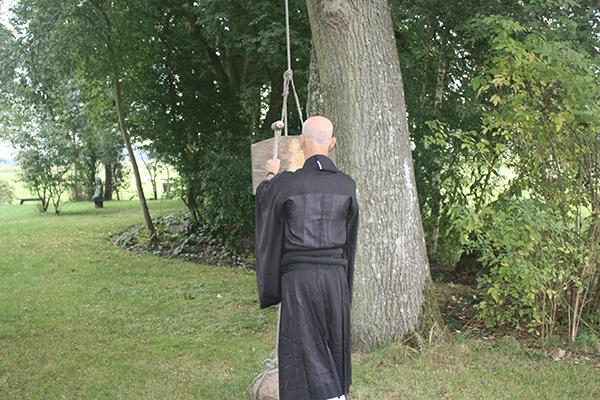 Kyogen slaat de kaihan