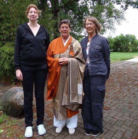 Jiun roshi met Tanja Wijgerde en Anka Pleune, na hun precept-ceremonie